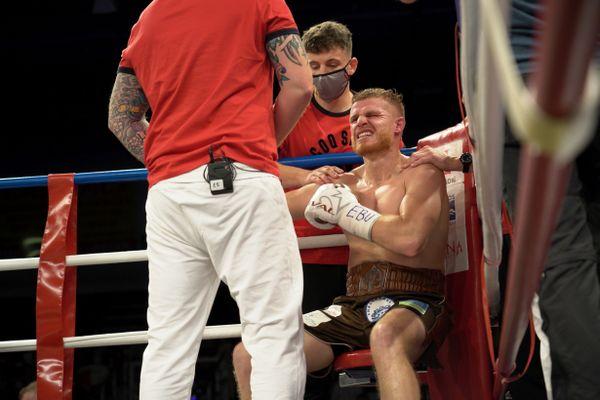 Battu, Maxime Beaussire grimace. Il s'est blessé à l'épaule lors du premier round.