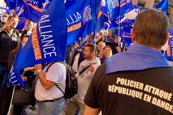 Une centaine de policiers ont répondu à l'appel du syndicat Alliance.