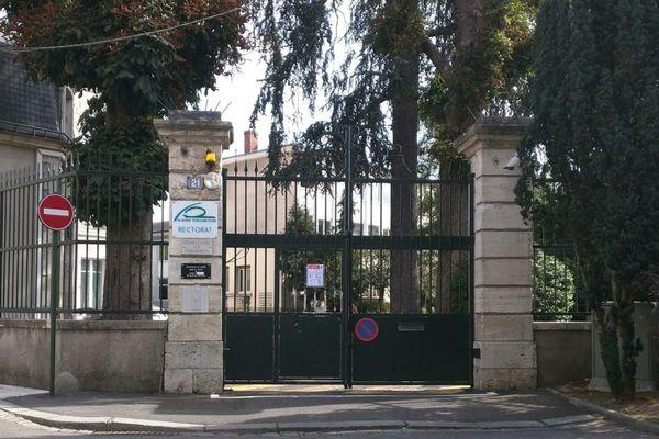 Le rectorat de l'Académie d'Orléans-Tours est situé rue Saint-Etienne, derrière la cathédrale Sainte-Croix.