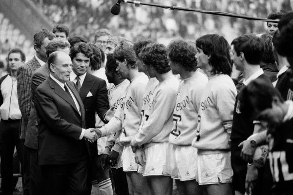 Le Président de la République François Mitterrand, suivi par le président de l'OM Bernard Tapie, serrant la main aux joueurs de Marseille avant le coup d'envoi de la finale face à Bordeaux qui se joua le 30 avril 1986 aux Parcs des Princes à Paris.