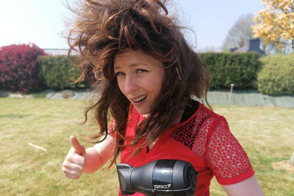 """Elie Renou avec son objet fétiche """"le sèche cheveu"""" pour lancer son concours plein d'humour !"""