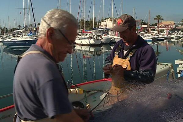 Franck Ramagosa et son père Jacques remmaillent les filets de leur bateau.