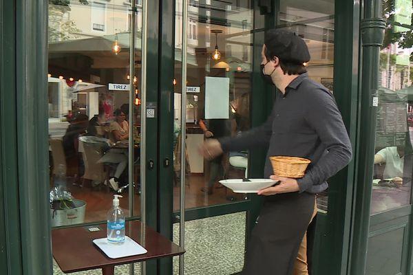 Les restaurateurs et cafetiers palois sous le coup des annonces du Président de la République d'élargir le pass sanitaire.