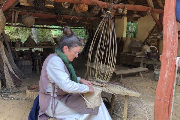 Guédelon est un lieu où tous les savoir-faire se rencontrent : tailleurs de pierre, charretières, tuiliers, maçons, charpentiers, bûcherons ou encore forgerons travaillent ensemble.