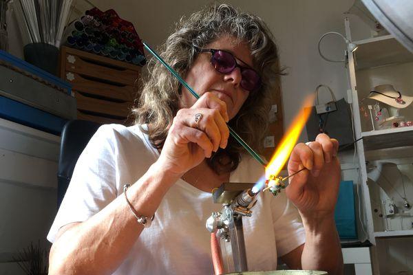 Claire Dufrenne a appris à filer le verre de Murano grâce à des stages avec des professionnels