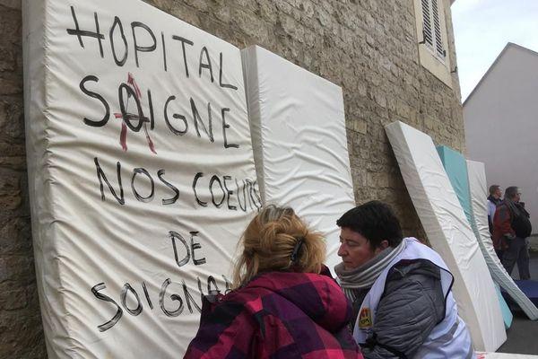 A l'EPSM de caen, des matelas sont disposés dans la rue pour dénoncer les fermetures de lit.