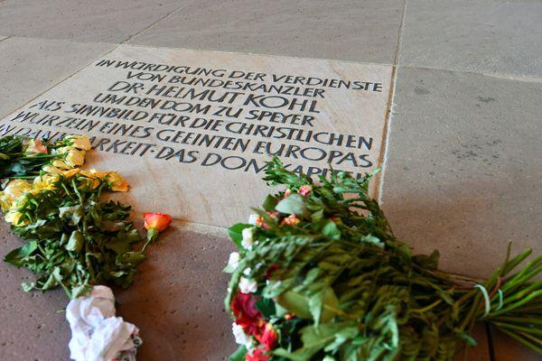 Des bouquets de fleurs déposés sur la plaque commémorative d'Helmut Kohl dans la Cathédrale de Spire, Allemagne, 19 juin 2017