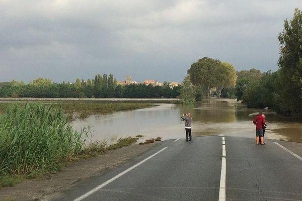 L'Aude sortie de son lit inonde la route départementale 607 , mardi à Saint-Marcel d'Aude.
