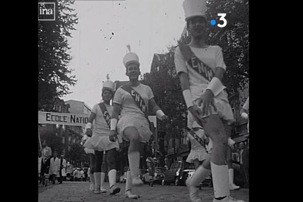 """Défilé d'intégration des """"majorettes"""" de l'école nationale d'ingénieurs de Metz (ENIM) en 1967."""