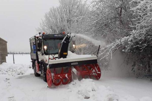 Une fraise à neige au travail, ce dimanche matin, près de La Salvetat-sur-Agoût : sa visse sans fin casse les congères formées par le vent et la neige est recrachée au loin.