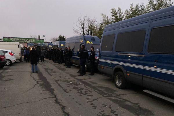 Les policiers ont formé un cordon de sécurité pour empêcher les militants de s'approcher.