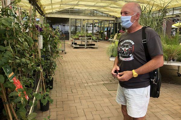 Dans cette jardinerie, les clients se plient volontiers à la règle du masque obligatoire.