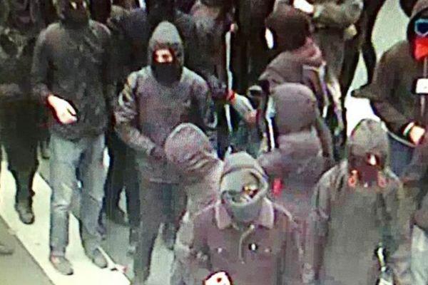 Plusieurs dizaines de manifestants encagoulés et vêtus de noir ont jeté des bouteilles en verre contre les CRS, rapporte l'AFP.