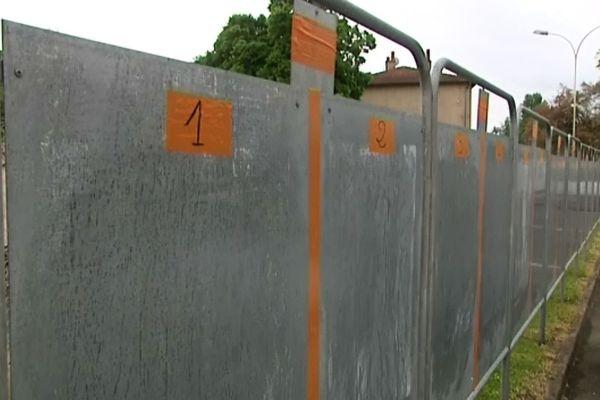 La mise en place de panneaux pour les 23 candidats est un véritable casse-tête, ici, les panneaux à Romanèche-Thorins (Saône-et-Loire)