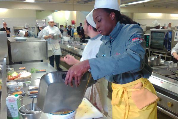 Astride N'gouan en pleine préparation d'une recette aux saveurs sucrées salées.