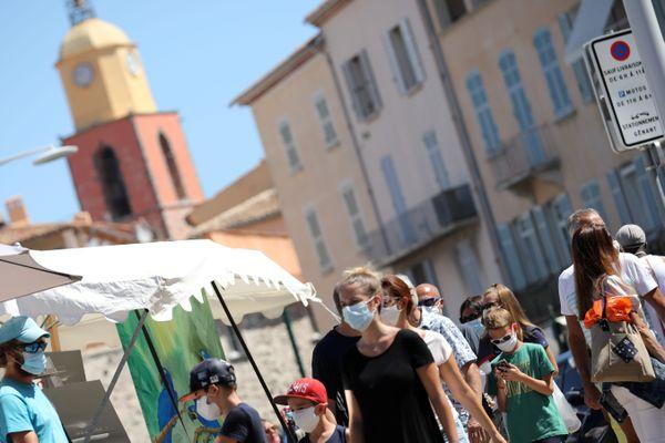 Dans le Var, le port du masque est obligatoire depuis le 8 août à Saint-Tropez, une mesure étendue à certains secteurs de La Seyne-sur-Mer et Carqueiranne cette semaine.