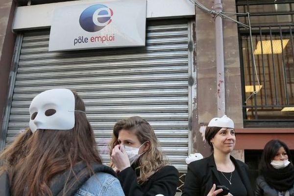 Des sages-femmes se sont symboliquement rendues dans une agence Pôle emploi pour demander une reconversion, le 20 mars 2014 à Paris.