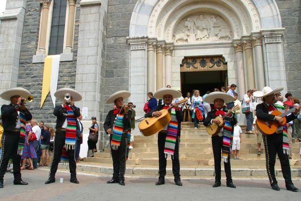 Les Mariachis El real de Cocula, reconnus comme l'un des meilleurs groupes de Mariachi, ils sont en résidence à Barcelonnette et déambulent tous les jours durant cette semaine de festivité.
