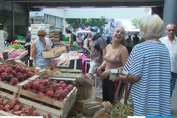 Sur le marché des Capucins à Bordeaux, nombreux sont ceux qui ne portent pas de masque