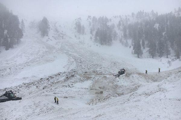 Les recherches pour retrouver les deux skieurs ensevelis sous une avalanche dans le Valais suisse