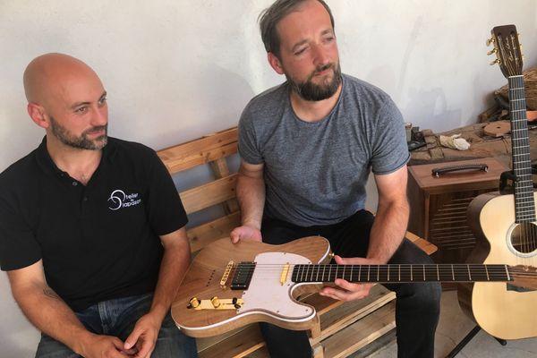 Thomas Vallaude et son premier client, le musicien Mathieu Bidet avec qui le luthier a fabriqué sa première guitare électrique en noyer.