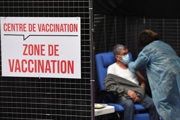 Image d'illustration. Plus de 14 000 injections ont été réalisées au centre de vaccination installé dans le gymnase Jean Mineur à Valenciennes depuis l'ouverture, mi-janvier.
