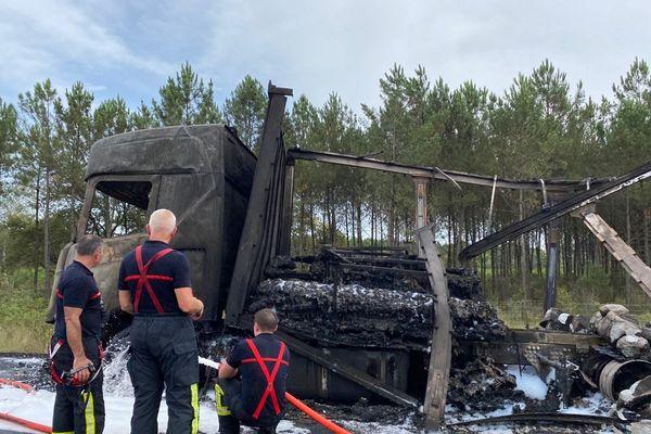 Salles, Gironde > Circulation perturbée : en cause l'incendie de ce camion en bordure d'autoroute A 63.