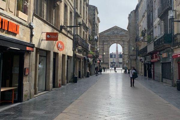 Seuls les supérettes et quelques restaurants qui proposent la livraison restent ouverts dans la rue Sainte Catherine à Bordeaux.