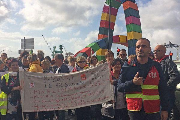 """12 septembre 2017 : le départ, au Havre, de la manifestation contre la loi travail au pied d'une des œuvres monumentales créées pour les 500 ans du Havre """"Catène de conteneurs"""" de Vincent Ganivet"""