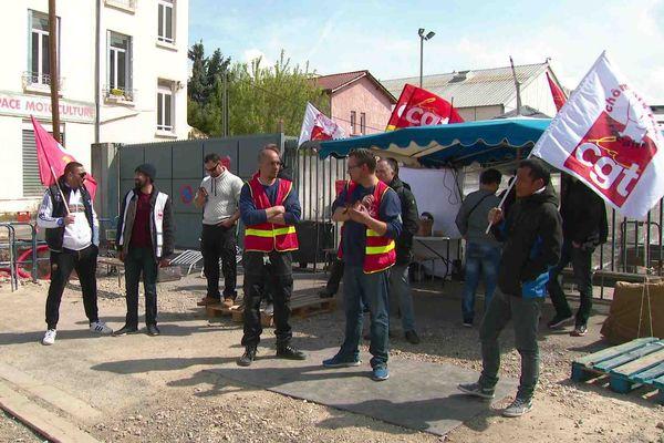 La grève continue chez JST Transformateurs pour des questions salariales.
