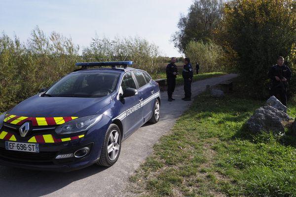 Les gendarmes ont ratissé largement autour de l'endroit où a été découvert le corps jeudi.