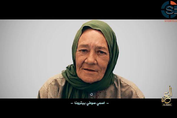 Sophie Pétronin, enlevée le 24 décembre 2016 à Gao, dans le nord du Mali, apparaît dans une vidéo diffusée par la principale alliance jihadiste du Sahel le 1er juillet 2017.