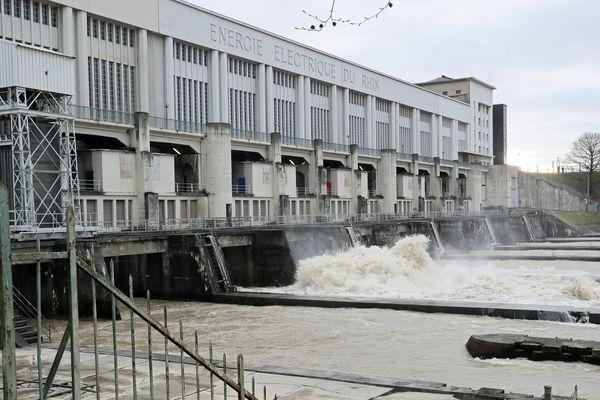 L'usine hydroélectrique de Kembs sur le Grand canal d'Alsace pendant la crue du Rhin.