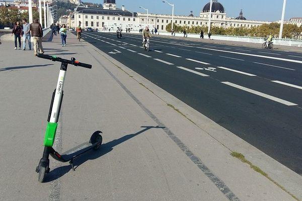 Les trottinettes électriques en libre-service envahissent les trottoirs, un appel au boycott est lancé