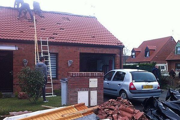 Dimanche matin, les habitants de ce quartier pavillonnaire d'Halluin réparent les dégâts causés par ce qui ressemble à une tornade