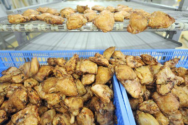 Des cuisses de poulet rôties sortant du four d'une des sites de production de Sablé-sur-Sarthe, en 2014.