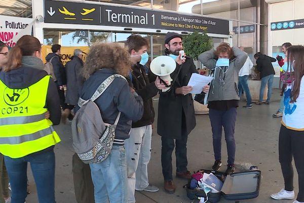 Quelques dizaines de militants opposés au développement de l'aéroport de Nice ont manifesté ce samedi matin au terminal 2.