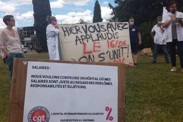 Devant le CHU de Montpellier, une centaine de personnes s'est mobilisée pour appeler à la manifestation nationale du 16 juin 2020
