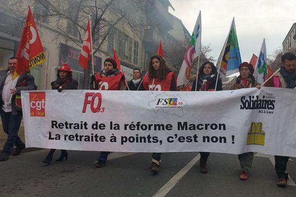 A Montluçon (Allier), près de 800 manifestants se sont rassemblés pour témoigner leur soutien au secrétaire départemental de l'UD CGT, convoqué devant la justice.