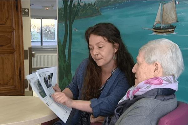 Sophie lit à Suzanne sa gazette Famileo qu'elle vient de recevoir