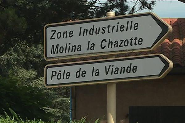 Les odeurs nauséabondes sont émises par un abattoir installé sur le Pôle de la Viande, situé sur la commune.