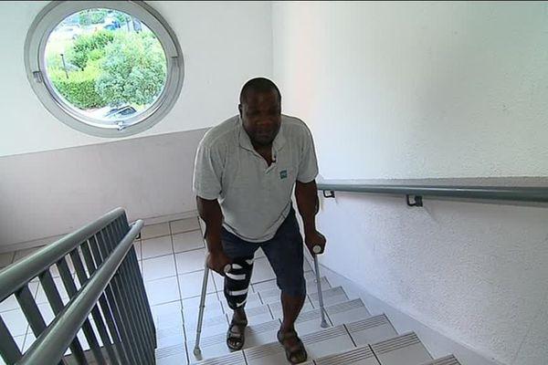 Alexander, handicapé, doit monter depuis 2 ans  avec ses béquilles 4 étages pour rejoindre son logement