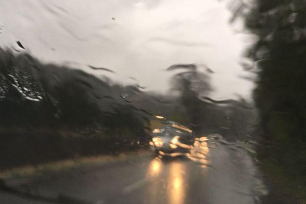 Pluie battante sur les routes en Languedoc-Roussillon.