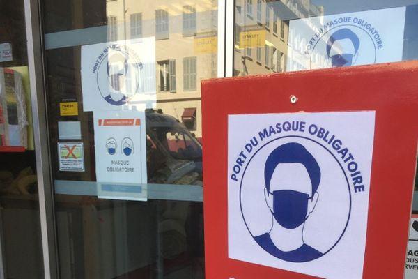 20/07/2020. A l'entrée d'un magasin de bricolage à Marseille, les affiches multiplient l'obligation de porter un masque.