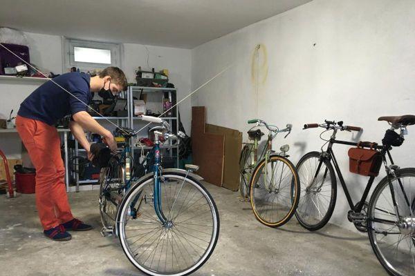 Dans son atelier du Puy-en-Velay, Guillaume Gasparin transforme les vieilles bicyclettes en vélos à assistance électrique.