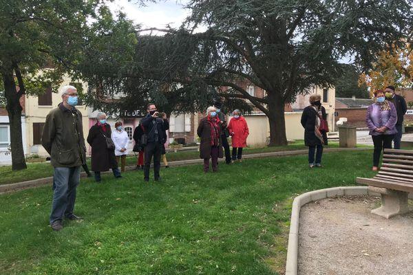 Une trentaine de personnes étaient réunies autour de l'arbre de la laïcité de Roye, dans la Somme, le dimanche 18 octobre.