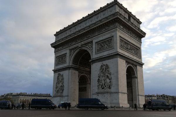 La place de l'Etoile, dans la matinée du samedi 8 décembre à Paris.