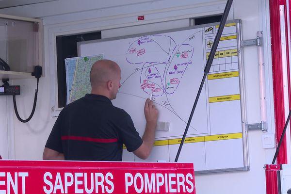 Les pompiers ont dû trouver des solutions pour approcher du départ de feu très difficile d'accès, dans un cordon dunaire très valloné