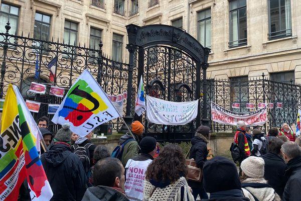 L'entrée du rectorat rue de Fontenelle à Rouen bloquée par les manifestants.