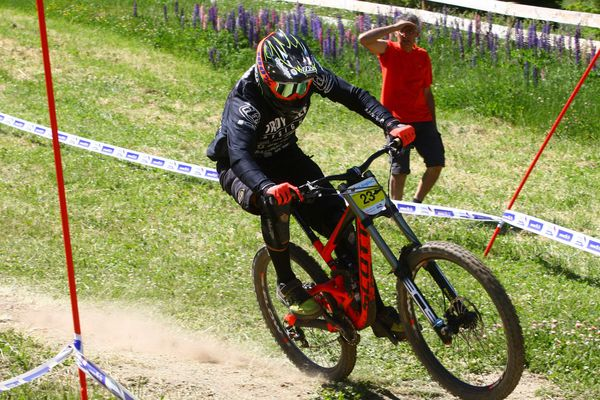 Amaury Pierron, en tête de la coupe du monde de VTT de descente